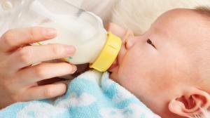 Ребенок отказывается от бутылочки — как приучить?