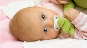 Нужно ли новорожденному ребенку давать соску: за и против