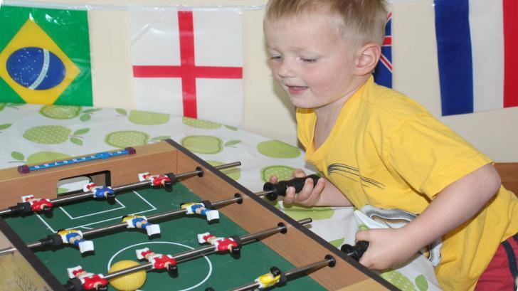 Настольный футбол в подарок ребенку