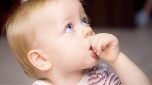 Как отучить малыша от привычки сосать пальцы