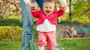 Учим ребенка ходить: первые шаги самостоятельно