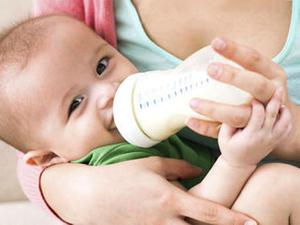 Ребенок пьет молоко из булыточки