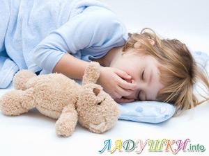 Ребенок спит с мишкой Тедди