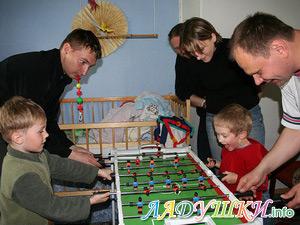 Дети за игрой в настольный футбол